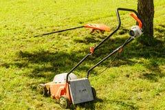 Arbeta i trädgården Meja gräsmatta med gräsklipparen Arkivbild