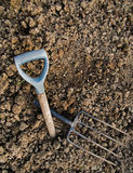 Arbeta i trädgården metaforen - stenig jordning, bruten gaffel, övergett hopp Royaltyfri Foto
