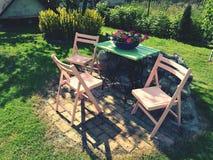 arbeta i trädgården mitt Arkivfoto