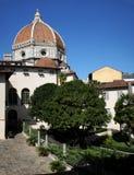 Arbeta i trädgården i mitten av Florence och domkyrkan av Santa Maria del Fiore Duomo di Firenze på bakgrund Arkivbild