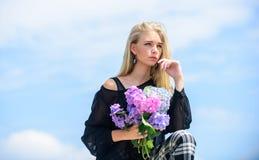 Arbeta i trädgården och botanikbegrepp Blommor erbjuder vårdoft Mode- och skönhetbransch Fira fjädrar flicka royaltyfria bilder