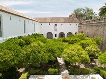 Arbeta i trädgården och rockera väggen i Alcazar av Cordoba Royaltyfri Fotografi