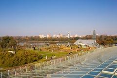 Arbeta i trädgården på taket av modern ekologisk byggnad av universitet l Arkivbild