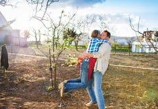 arbeta i trädgården pensionär för par Fotografering för Bildbyråer