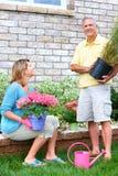 arbeta i trädgården pensionärer Arkivbilder