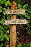 Arbeta i trädgården Tecken-denna väg, ditåt Arkivfoton