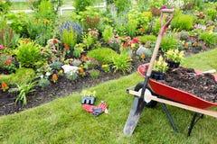 Arbeta i trädgården utrustning som är klar för bruk Arkivbilder