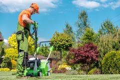 Arbeta i trädgården utrustninglokalvård arkivfoton