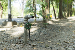 Arbeta i trädgården vattenröret i parkera Arkivfoto