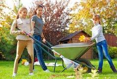 Arbeta i trädgården för familj Arkivbilder