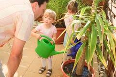arbeta i trädgården för familj Royaltyfria Bilder