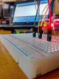 Arbeta med Arduino arkivfoton