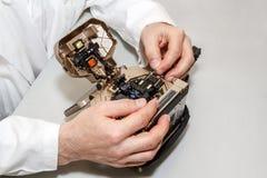 Arbeta med den optiska fusionskarvapparaten för fiber royaltyfri foto