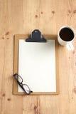 Arbeta med den skrynkliga papper, kaffekoppen och pennan på trätabellbakgrund Fotografering för Bildbyråer