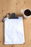 Arbeta med den skrynkliga papper, kaffekoppen och pennan på trätabellbakgrund Arkivfoton