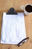 Arbeta med den skrynkliga papper, kaffekoppen och pennan på trätabellbakgrund Arkivbild