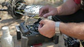 Arbeta med en koppling för optisk fiber stock video