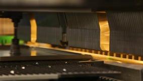 Arbeta med hjälpmedel för arkmetall och sakkunnigmaskinför att böja plats Moderna maskiner kan exakt utföra uppgifter stock video