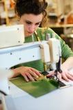 Arbeta med symaskinen royaltyfri fotografi