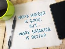 Arbeta mer smart inte mer hård Motivational ordcitationsteckenbegrepp arkivbilder