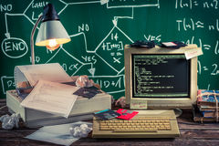 Arbeta på algoritm i tappningdatorlabbet Arkivfoton