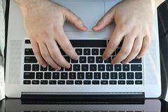 Arbeta på bärbar datordatoren Royaltyfri Fotografi