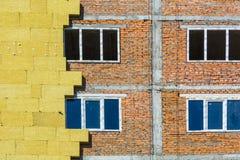 Arbeta på de yttre väggarna av glasullisolering och murbruk Royaltyfri Bild