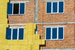 Arbeta på de yttre väggarna av glasullisolering och murbruk Arkivfoton