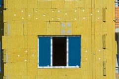 Arbeta på de yttre väggarna av glasullisolering och murbruk Royaltyfri Foto