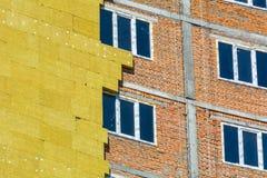 Arbeta på de yttre väggarna av glasullisolering och murbruk Fotografering för Bildbyråer