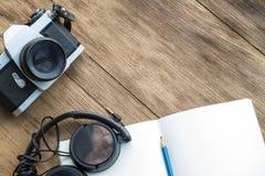 Arbeta på den wood tabellen Fotografering för Bildbyråer