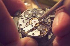Arbeta på en mekanisk klocka arkivbilder