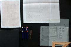 Arbeta på en teknisk teckning Arkivfoto