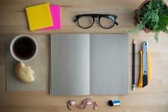 Arbeta på en trätabell, kontorsskrivbord Royaltyfri Fotografi