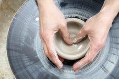 Arbeta på ett hjul för keramiker` s Royaltyfri Bild