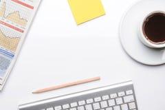 Arbeta på tabellen med kontorstillförsel royaltyfria foton