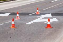Arbeta på vägen, gatatecknet och vägmarkeringen Royaltyfria Foton