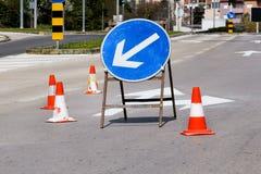 Arbeta på vägen, gatatecknet och vägmarkeringen Royaltyfri Fotografi