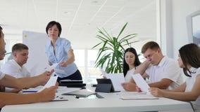 Arbeta rapporten i händer av direktören på affärsmötet, kommunikation av kollegor på jobbet i modernt kontor arkivfilmer