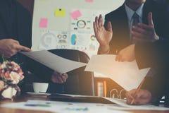 Arbeta skrivbord, arbetsplatser, affären och industriellt arbete Teamwork är ett stort lag av lyckade affärsmän royaltyfri fotografi