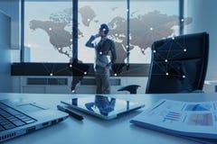 Arbeta skrivbordet av affärsmannen med bärbara datorn, globaliseringaffär royaltyfria foton