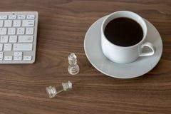 Arbeta skrivbordet som föreställer strategin och ett kaffe royaltyfria bilder