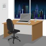 Arbeta skrivbordinre med en bärbar datordator och fönster med nattstadslandskap Arkivbilder