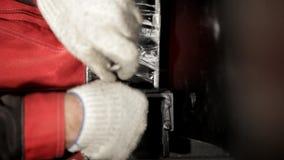 Arbeta som drar åt skruvarna med en skruvmejsel arkivfilmer