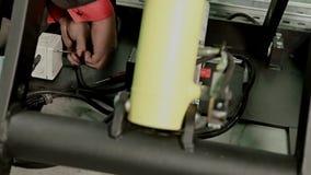 Arbeta som drar åt skruvarna med en skruvmejsel stock video