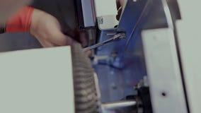 Arbeta som drar åt skruvarna med en skruvmejsel lager videofilmer