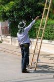 Arbeta som installerar CCTV-systemet Royaltyfria Foton