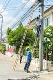 Arbeta som installerar CCTV-systemet Arkivbild
