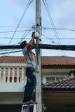 Arbeta som installerar CCTV-systemet Arkivfoton