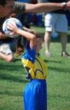 arbeta som privatlärare åt barn för faderspelarefotboll Royaltyfri Foto